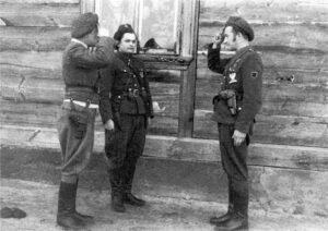 """Od lewej """"KRAKUS"""" Henryk Janicki, """"ŻABKA"""" Józef Żyniecki, por. """"ZBYCH"""" Henryk Jastrzębski. Tabędz połowa marca 1948 roku, sesja zdjęciowa wykonana przy domu Jana Głębockiego"""