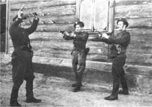 """Od lewej """"ŻABKA"""" Józef Żyniecki, """"KRAKUS"""" Henryk Janicki, por. """"ZBYCH"""" Henryk Jastrzębski. Tabędz połowa marca 1948 roku, sesja zdjęciowa wykonana przy domu Jana Głębockiego"""